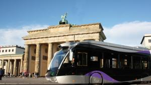 Hybrydowy autobus Solaris Urbino 18 Metrostyle obok Bramy Brandenburskiej w Berlinie. Fot. materiały prasowe Solaris