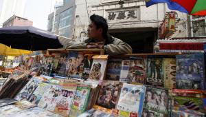 Stoisko z pirackimi płytami DVD w Szanghaju