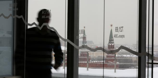 Widok na Kreml z siedziby giełdy papierów wartościowych w Moskwie.