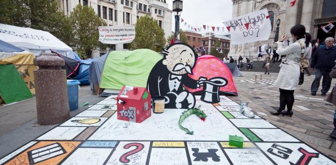 Instalacja artysty Banksy'ego wystawiona w czasie protestów Occupy London pod katedrą św. Pawła w stolicy Wielkiej Brytanii w październiku 2011 roku. Fot. yampi / Shutterstock.com