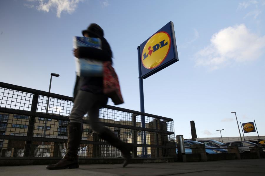 Logo sieci Lidl przed jednym ze sklepów, Londyn, 23.01.2014