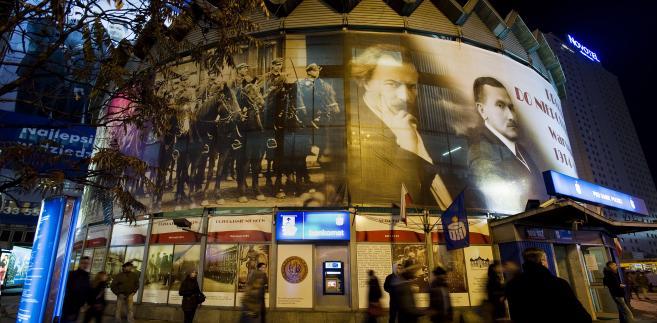 Warszawska Rotunda z banerami reklamowymi