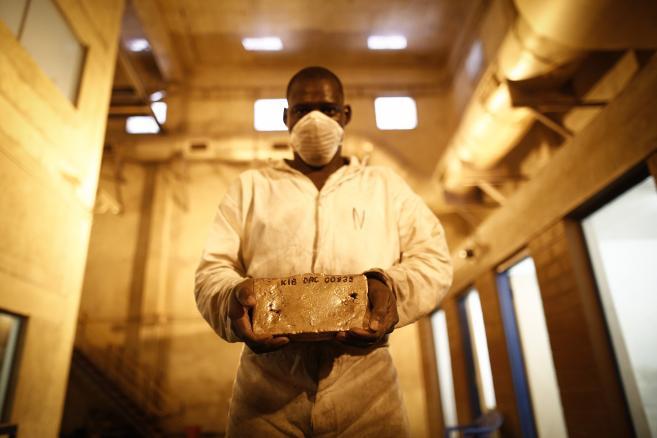 Kibali, Demokratyczna Republika Kongo. Pracownik kopalni złota pozuje z 22-kilogramową sztabką złota, której wartość jest szacowana na ok. 800 tys. dol.