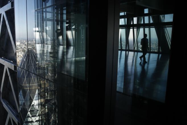 Szklana fasada wieżowca Leadenhall Building (znany też jako Cheesegrater) w londyńskiej finansowej dzielnicy City. W oknach po lewej odbija się słynny biurowiec Gherkin.