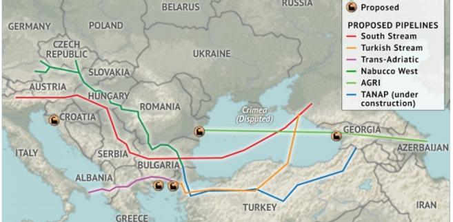 Krajobraz po upadku budowy gazociągu South Stream. Na mapie oznaczono terminale LNG (na zielono - istniejące, na żółto - w trakcie budowy, oraz na pomarańczowo - planowane) oraz planowane gazociągi: na czerwono - South Stream, na pomarańczowo - gazociąg turecki, na fioletowo - gazociąg transadriatycki, na ciemnozielono - zachodnia część Nabbucco, na jasnozielono - gazociąg Azerbejdżan-Gruzja-Rumunia (AGRI), a na niebiesko - jako jedyny będący w trakcie budowy, gazociąg Transanalolijski (TANAP). Źródło: Stratfor.