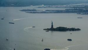 Widok na Statuę Wolności z tarasu widokowego na One World Trade Center