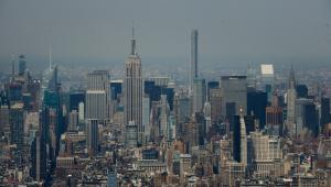 Widok na Manhattan z wieżowca One World Trade Center. Widać The Empire State (po lewej) i budynek Chrslyer. fot. Craig Warga/Bloomberg