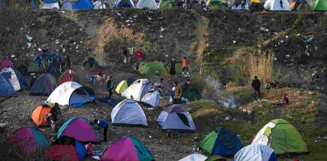 Imigranci koczujący w pobliżu granicy grecko-macedońskiej EPA/GEORGI LICOVSKI Dostawca: PAP/EPA.