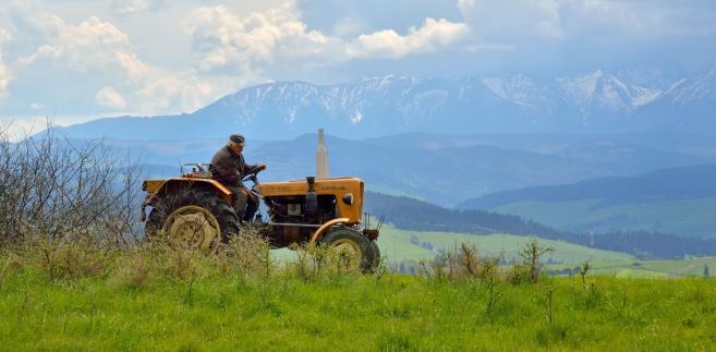Rolnik na traktorze