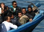 Dwa włoskie statki zabrały 450 migrantów z kutra i czekają na wskazanie portu