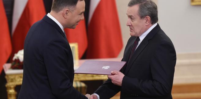 Prezydent Andrzej Duda wręcza akt powołania na urząd Przewodniczącego Komitetu ds. Pożytku Publicznego wicepremierowi, ministrowi kultury i dziedzictwa narodowego Piotrowi Glińskiemu.