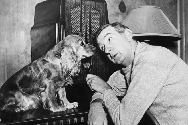 Mężczyzna i jego pies słuchają radia