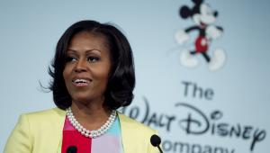 <b>8. Pierwsza dama Ameryki Michelle Obama, 50 lat</b> <br> <br> Michelle Robinson pochodzi z Chicago, gdzie w 1977 roku rozpoczęła naukę w prestiżowej szkole średniej Whitney Young High School, znanej jako Whitney Young. Uczyła się w klasie o profilu prawniczym. Szkołę średnią ukończyła w 1981 roku. <br> <br> Wkrótce potem przyszła pierwsza dama USA rozpoczęła naukę na Uniwersytecie Princeton na wydziale socjologii. Uczelnię ukończyła z wyróżnieniem oraz tytułem licencjata (polski odpowiednik amerykańskiego Bachelor of Art) w 1985 roku. Edukacją zakończyła na Uniwersytecie Harvarda w 1988 roku, zdobywając tytuł doktora nauk prawnych. <br> <br> Po zakończeniu edukacji rozpoczęła pracę w kancelarii Sidley Austin w Chicago, specjalizując się w sprawach własności intelektualnej. Tam poznała Baracka Obamę, który z początku był jej podwładnym. Ślub wzięli w 1992 roku. <br> <br> Potem Michelle Obama pracowała też dla burmistrza Chicago Richard M. Daleya i i Centrum Medycznym Uniwersytetu w Chicago.