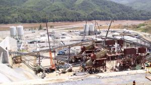 Teren budowy kontrowersyjnej zapory Xayaburi na rzece Mekong, Laos.