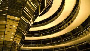 Fragment zaprojektowanej przez Normana Fostera kopuły, znajdującej się na szczycie budynku Reichstagu w Berlinie.