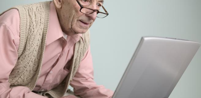 Starszy pan przy komputerze