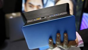 Osobiste urządzenie do przechowywania danych w chmurze Lenovo Beacon podczas spotkania dla prasy przed rozpoczęciem Consumer Electronics Show (CES 2014) w Las Vegas, 5.01.2014.
