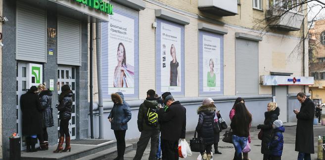 Ukraina - kolejka klientów przed bankomatem Privatbanku w Kijowie