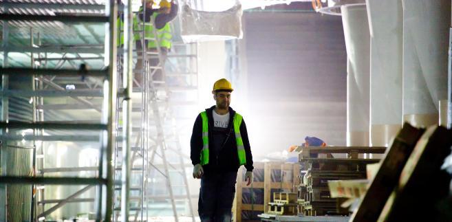Robotnik na budowie stacji Rondo ONZ na centralnym odcinku II linii metra w Warszawie. 25.04.2014.