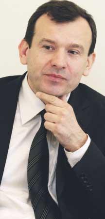 Radosław Olszewski, makler, absolwent Politechniki Warszawskiej. Jeden z założycieli i akcjonariuszy DM BOŚ, w którym od 1996 roku pełni funkcję prezesa
