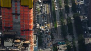 Widok na Manhattan z wieżowca One World Trade Center. W dole widać West Street. fot. Craig Warga/Bloomberg