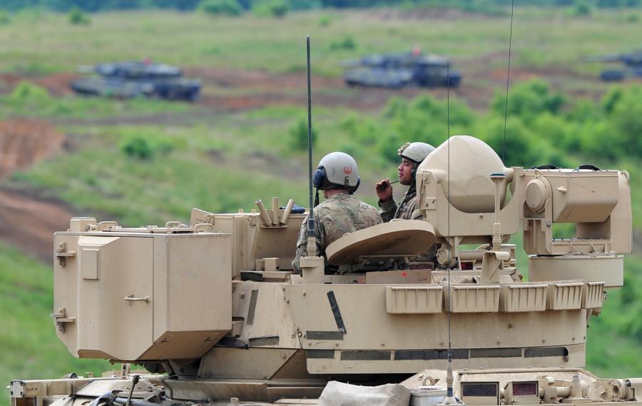 SABER STRIKE-15. Żołnierze amerykańscy na wozie bojowym Bradley, podczas ćwiczeń na Poligonie Drawskim (mb/mr) PAP/Marcin Bielecki