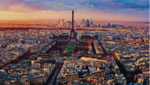 Miasto stanowi centrum polityczne, ekonomiczne i kulturalne Francji. Znajdują się w nim liczne zabytki i atrakcje turystyczne, co powoduje, że Paryż jest co roku odwiedzany przez ok. 30 milionów turystów. W całym zespole miejskim zamieszkuje ponad 12 mln ludzi. Aglomeracja paryska konkuruje pod względem liczby ludności z Londynem