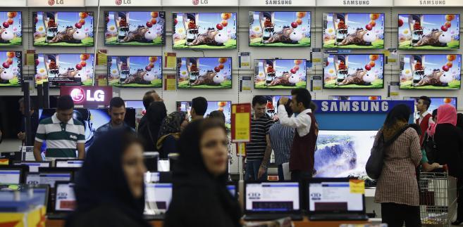 Sklep z elektroniką w centrum handlowym Isfahan City Center w Isfahanie, Iran. 28.08.2015