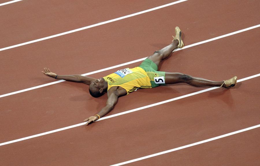 Usain Bolt cieszy się po zwycięstwie w biegu na 200 metrów podczas Igrzysk Olimpijskich w Pekinie w 2008 roku.