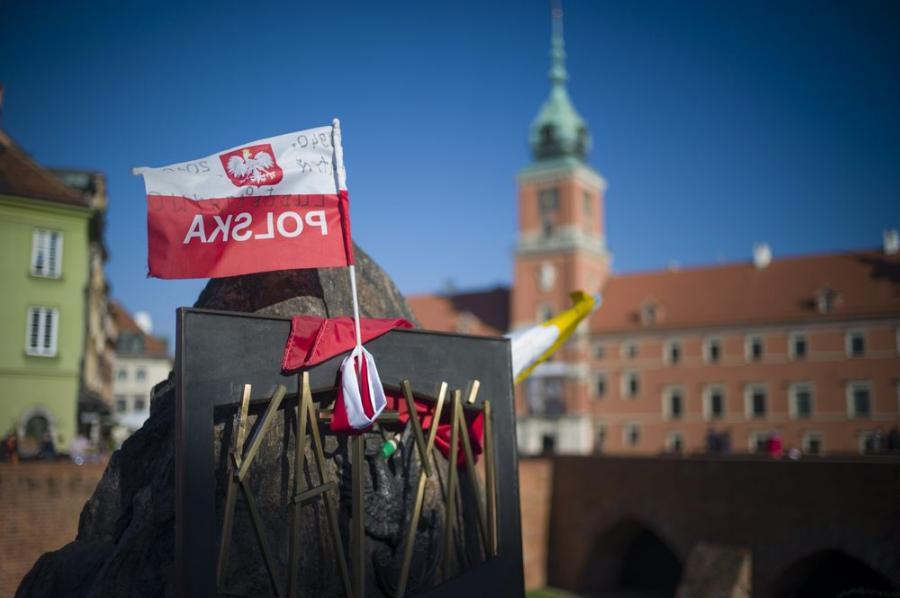 Flaga Polski w Warszawie fot. gary yim