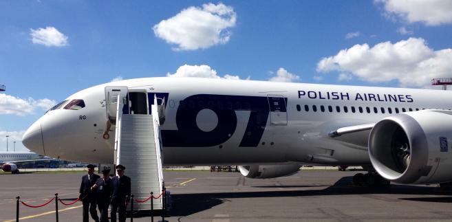 Dreamliner LOT-u na płycie lotniska wraz z załogą. Warszawa, 11.06.2017