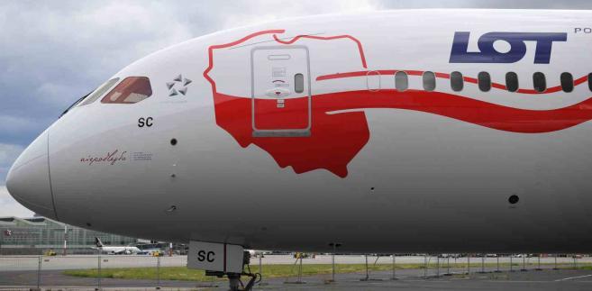 Samolot Boeing 787-9 pomalowany w biało-czerwone barwy