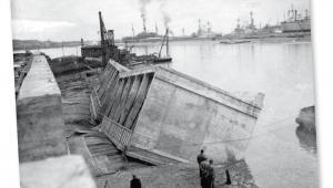 Zatapianie betonowych kesonów podczas budowy portu w Gdyni, lata 30. fot. Archiwum Państwowe w Gdańsku
