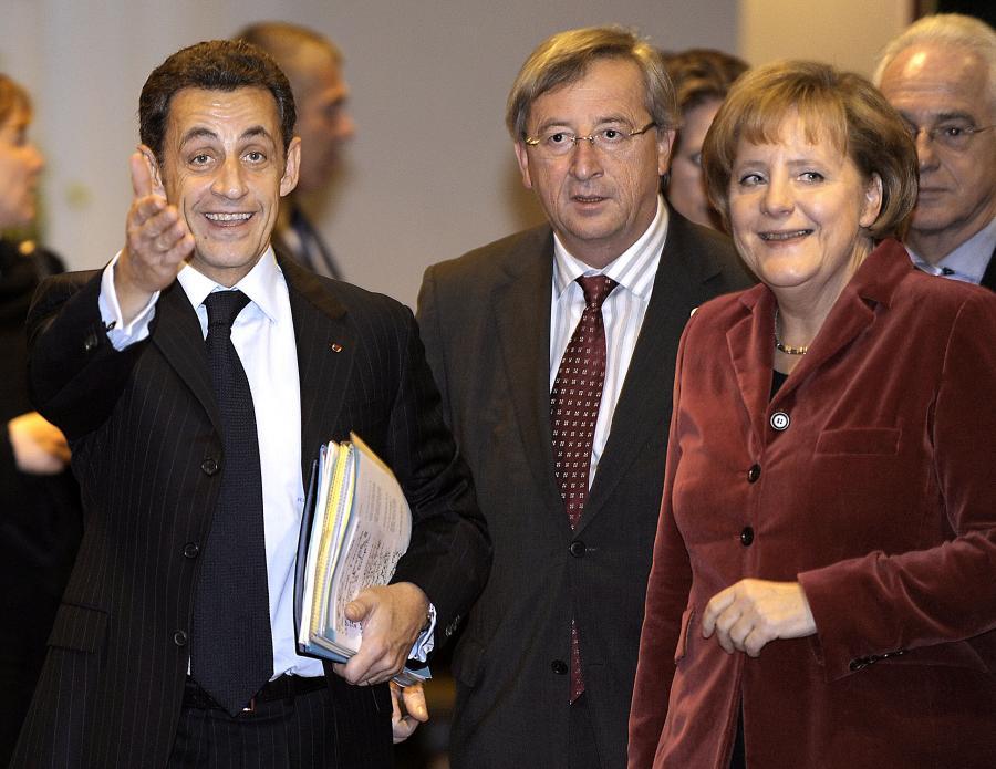 Prezydent Francji Nicolas Sarkozy, premier Luksemburga Jean-Claude Juncker i kanclerz Niemiec Angela Merkel przybywają na pierwszy dzień unijnego szczytu w Brukseli. Fot. Bloomberg