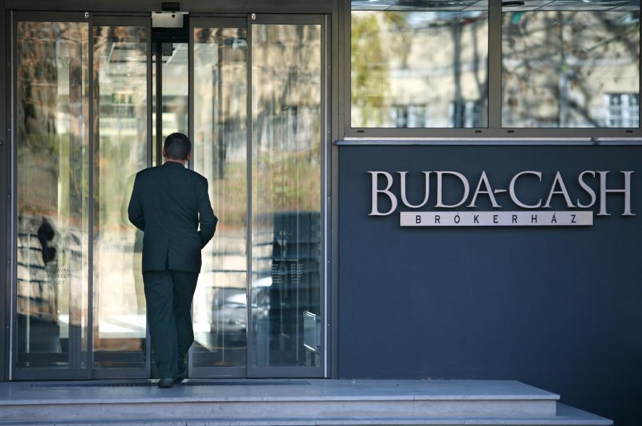 Klient przed domem maklerskim  Buda-Cash w Budapeszcie. Fot. Bloomberg