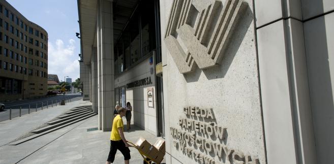 Logo GPW na budynku giełdy