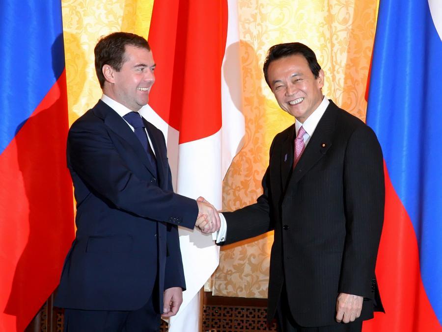 Dmitrij Miedwiediew i Taro Aso spotkali się na Sachalinie. Fot. Bloomberg