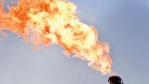 Płomień z komina rafinerii, fot. John Guillemin/Bloomberg