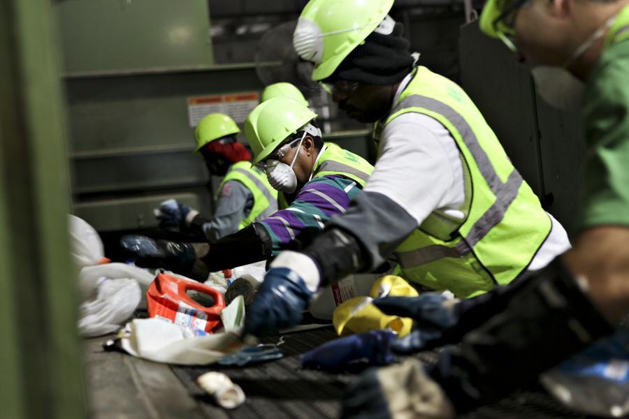 Segregowanie śmieci. Fot. Bloomberg