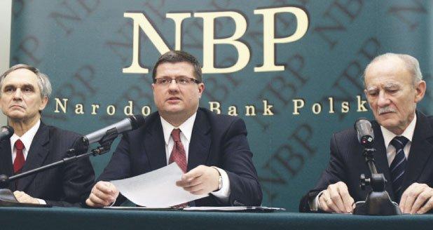 Rada Polityki Pieniężnej (na zdjęciu trzej jej członkowie, od lewej Stanisław Owsiak, Sławomir Skrzypek i Mirosław Pietrewicz) podwyżkę stóp procentowych argumentuje wciąż wysokim ryzykiem wzrostu inflacji.