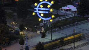 Symbol euro przed siedzibą EBC we Frankfurcie